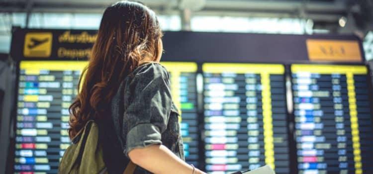 Imagen de una niña a punto de viajar solo en avión