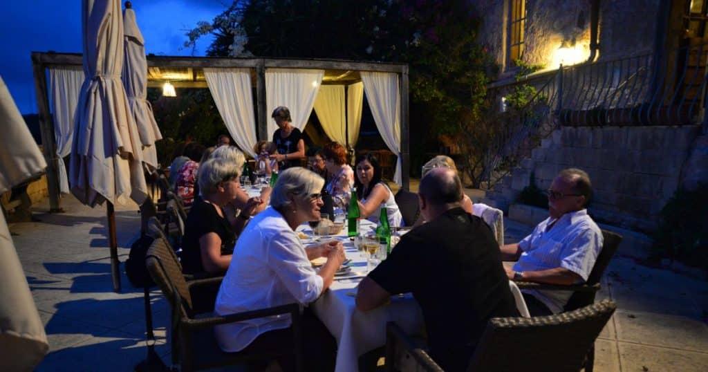 estudiantes mayores cenando en Malta en una teraza