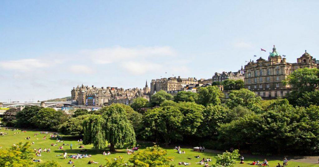 Vistas de Edimburgo con un parque al fondo