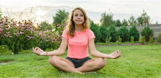 Una niña estudiando mindfulness online para jóvenes   Inglés Ya