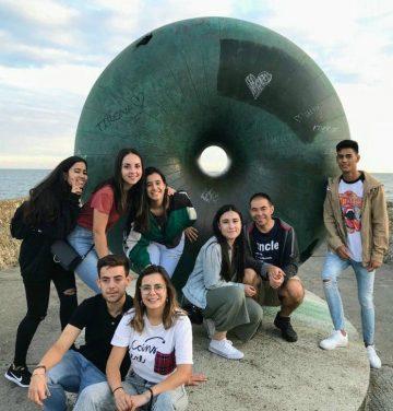 Inglés Ya y Aldeas Infantiles en Brighton con una escultura redonda detrás