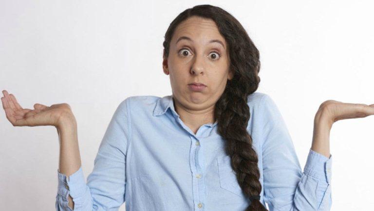 mujer confundida sobre las ofertas Black Friday