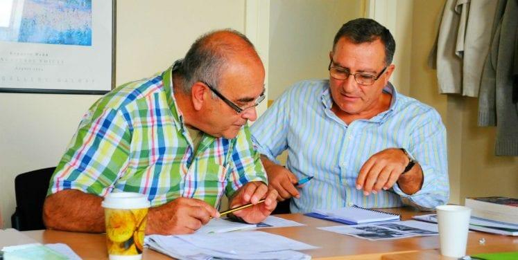 2 hombres mayores estudiando inglés