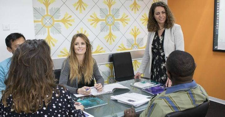 adultos y profesora de inglés en una aula en Malta