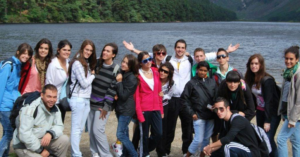 grupo de jóvenes con un largo en Irlanda al fondo   Inglés Yafondo