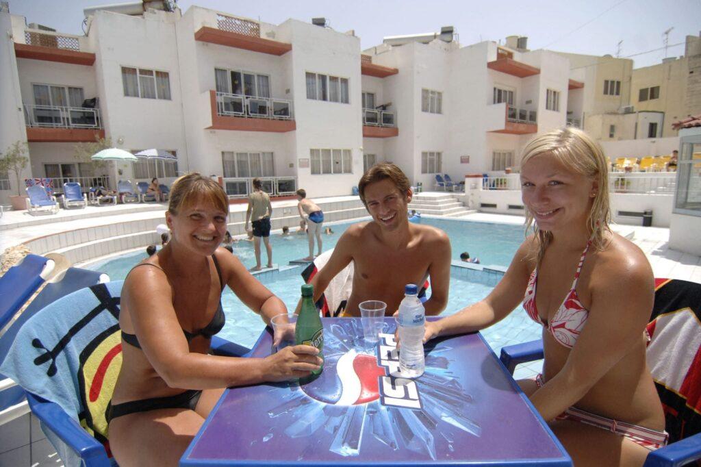 estudiantes de inglés en Malta, piscina al fondo