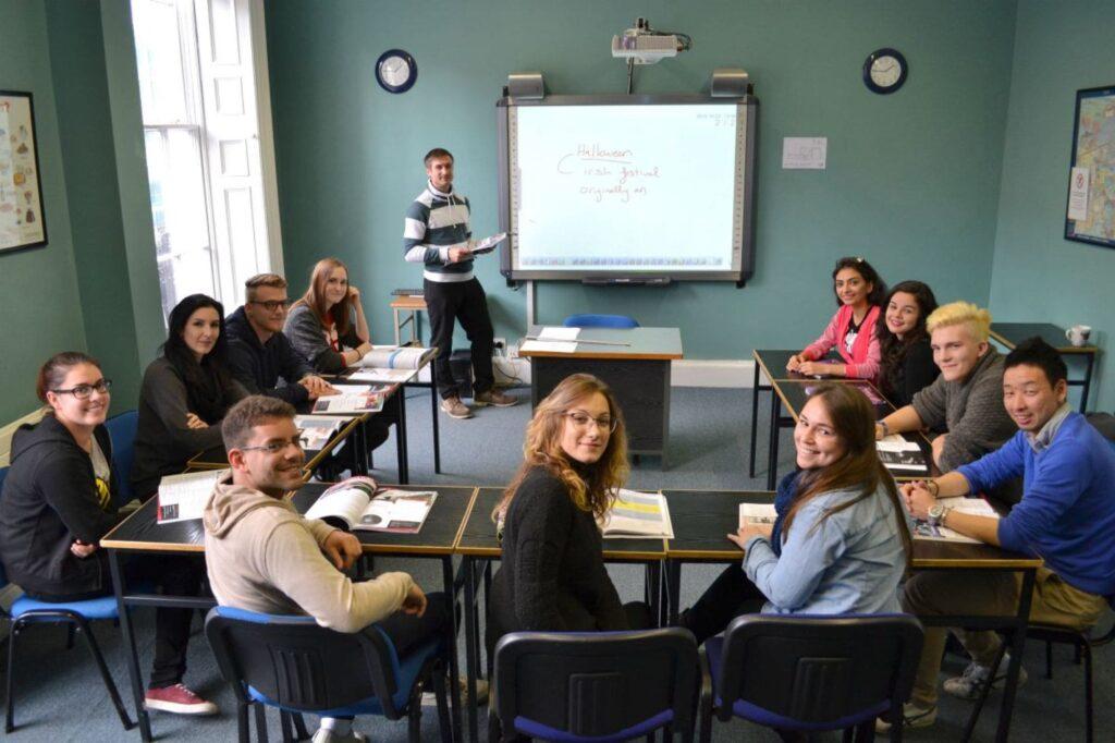 estudiantes de inglés en su aula en Dublin Irlanda