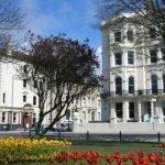 edificio de la escuela de inglés en Brighton Inglaterra con flores al primer plano