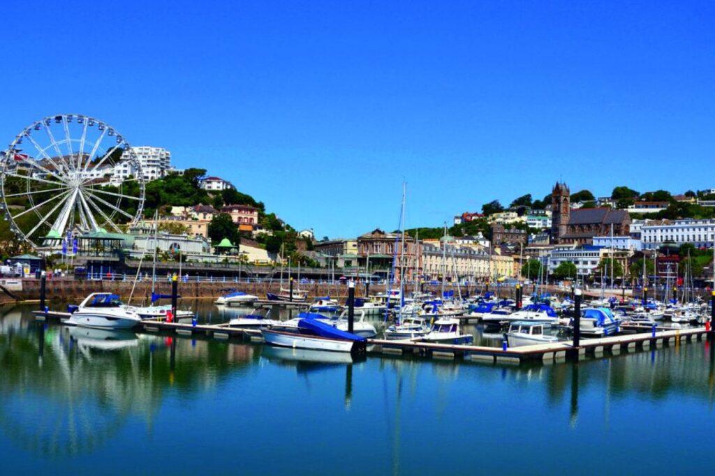 Marina de Torquay, cielo azul | Inglés Ya