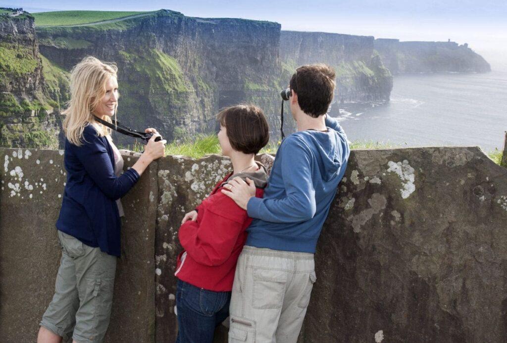 Tres estudiantes de inglés adultos mirando hacia los acantilados de Moher