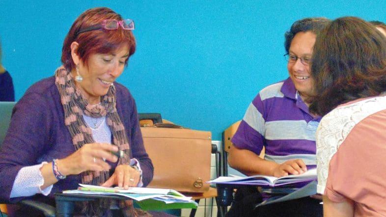 estudiantes de inglés mayores de 30 años en su aula