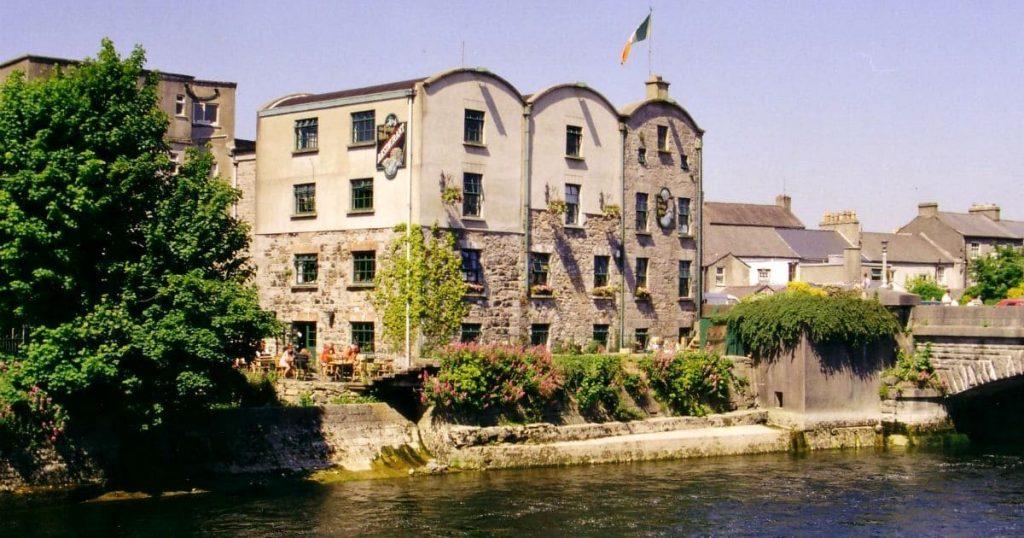 escuela de inglés en Galway a lado de un rio