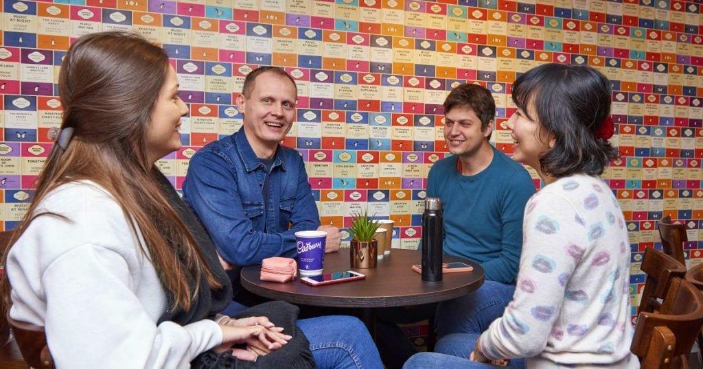 Cuatro adultos charlando en inglés en Cambridge