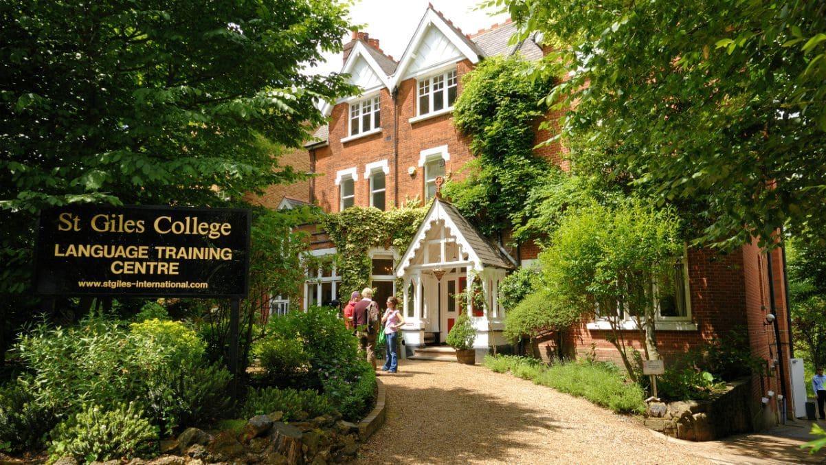 entrada de la escuela St Giles: estudiar inglés en Londres