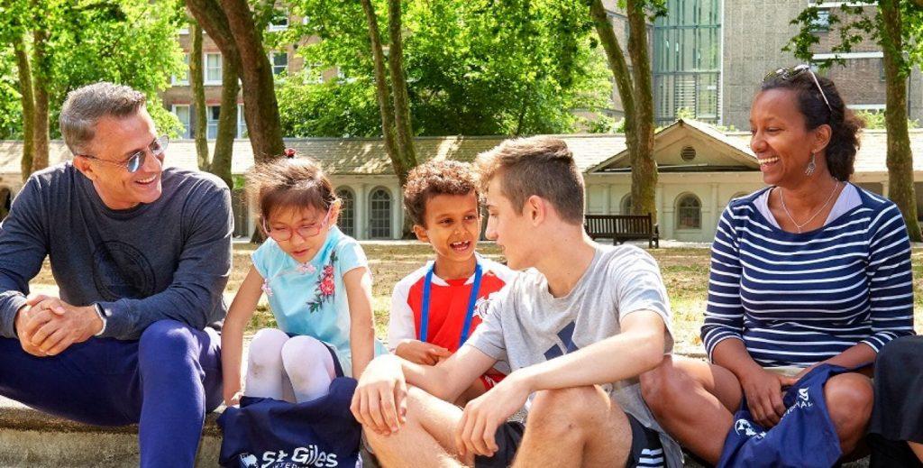 grupo sentado de inglés para familias Inglaterra | Inglés Ya