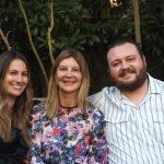 Tres estudiantes de inglés sonrientes, adultos mayores de 30 años