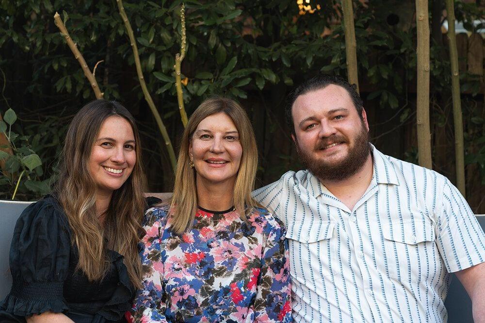 Tres estudiantes de inglés sonrientes, Inglés para mayores en Boston