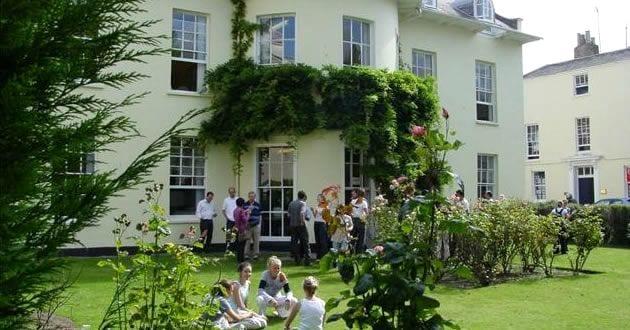 estudiantes en la jardín de la escuela de inglés en Cheltenham