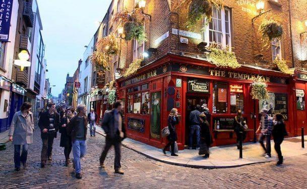 Gente fuera de un bar en Dublin, Irlanda
