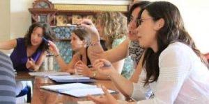 Profesoras estudiando durante un curso de inglés para profesores   cursos de inglés en el extranjero para adultos
