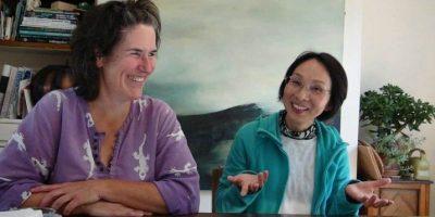 estudiante y su profesor haciendo clases de ingles en la casa de un profesor