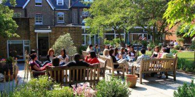 estudiantes relajando en la jardín en Londres   Inglés Ya