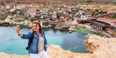 Mujer haciendo selfie en Malta   cursos de inglés en el extranjero para adultos