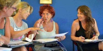 estudiantes de inglés mayores Malta Gozo 30 en su aula charlando