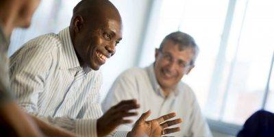 ejecutivos hablando en una aula   Inglés Ya