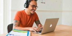 estudiante aprendiendo inglés online   cursos de inglés en el extranjero para adultos